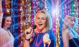Femmes ayant l'amusement au karaoke Photos libres de droits