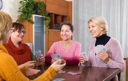 Femmes ayant l'amusement avec des cartes Image libre de droits