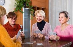 Femmes ayant l'amusement avec des cartes Photographie stock