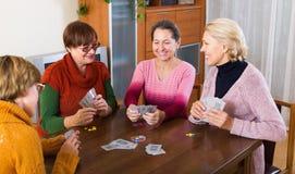 Femmes ayant l'amusement avec des cartes Photos stock