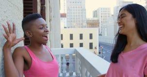Femmes ayant l'amusement dans le balcon à la maison 4k banque de vidéos