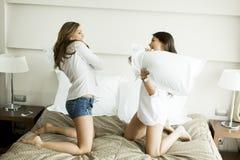 Femmes ayant l'amusement sur le lit Photographie stock libre de droits