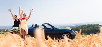 Femmes ayant la balade en voiture dans la voiture convertible ayant le repos Images libres de droits