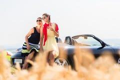 Femmes ayant la balade en voiture dans la voiture convertible ayant le repos Photos libres de droits