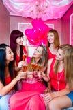 Femmes ayant la partie de célibataire dans la boîte de nuit Photo libre de droits