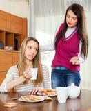 Femmes ayant la querelle au-dessus de la table de thé Photographie stock libre de droits