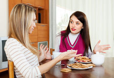 Femmes ayant le conflit au-dessus de la table de thé Photo stock