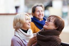 Femmes ayant le thé sur la terrasse Images stock