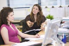 Femmes ayant un argument au travail Photo stock