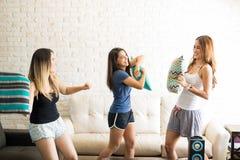 Femmes ayant un combat d'oreiller Image stock
