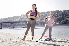 Femmes belles positives appréciant leurs exercices photographie stock libre de droits