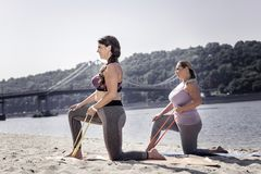 Femmes belles positives employant une bande élastique spéciale photographie stock