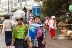 Femmes birmannes portant le sac sur la tête image libre de droits