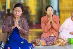 Femmes birmannes priant Bouddha image libre de droits