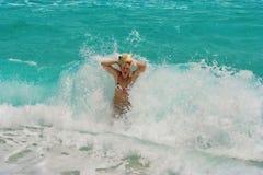 Femmes blonds dans l'onde. Amusement. Photographie stock