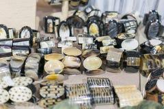 """Femmes \ """"bracelets de s des pierres semi-précieuses Bracelets en main dans le magasin Femmes \ """"bracelets de s des pierres semi- photographie stock"""