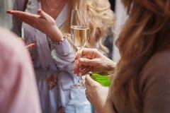 Femmes buvant Champagne Photos libres de droits