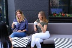 Femmes buvant du café au café et au repos Images libres de droits