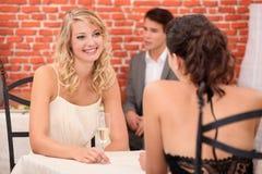 Femmes buvant du champagne image libre de droits