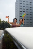 Femmes buvant du vin dans la limousine Photos stock