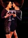 Femmes buvant du vin rouge et dansant sur la boîte de nuit Images stock