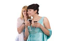 Femmes buvant et parlant. Photographie stock