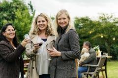 Femmes buvant le concept de vin ensemble Photographie stock libre de droits