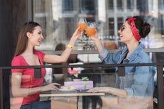 Femmes buvant sur une terrasse Photographie stock libre de droits