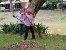 Femmes cambodgiennes nettoyant la rue Photos libres de droits