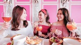 Femmes causant dans le restaurant Image libre de droits
