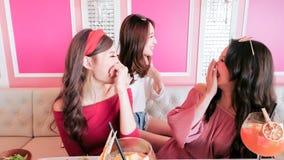 Femmes causant dans le restaurant Images stock