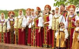 Femmes chanteurs dans des vêtements russes Photo stock
