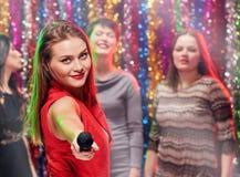 Femmes chanteuses ensemble dans le karaoke Photos libres de droits
