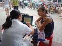 Femmes chinoises dans l'examen physique de la teneur en calcium Image stock