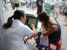 Femmes chinoises dans l'examen physique de la teneur en calcium Images libres de droits