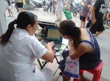 Femmes chinoises dans l'examen physique de la teneur en calcium Image libre de droits
