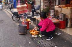 Femmes chinoises dans le papier de brûlure Photographie stock