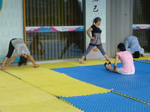 Femmes chinoises dans le yoga de pratique Photo libre de droits