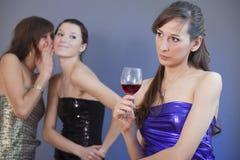 Femmes chuchotant sur la réception Photographie stock