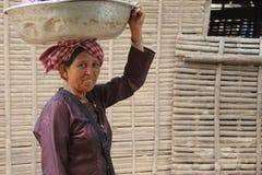 Femmes colportant des poissons Images stock