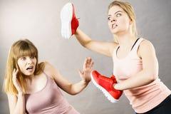Femmes combattant avec des chaussures Photos stock