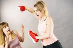 Femmes combattant avec des chaussures Photo stock
