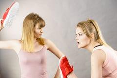 Femmes combattant avec des chaussures Photo libre de droits
