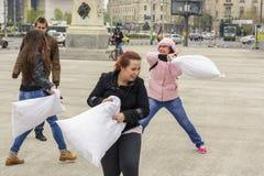 Femmes combattant avec des oreillers Images libres de droits