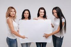 Femmes contemporaines large d'esprit unissant pour la campagne sociale Photo libre de droits