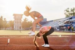 Femmes convenables au stade jouant la grenouille de saut Photographie stock