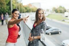 Femmes convenables parlant dehors Images stock