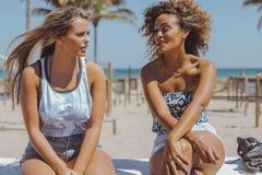 Femmes décontractées passant le temps sur le rivage Photos libres de droits
