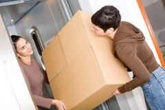 Femmes déménageant à la maison photos stock