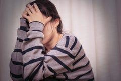 Femmes déprimées s'asseyant dans la chambre noire, seule, tristesse, concept émotif image stock